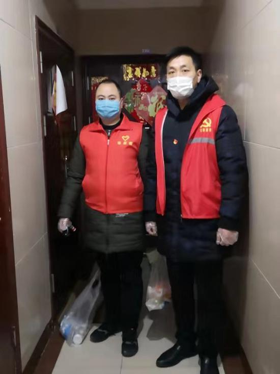 香梅二社区党员志愿者为居家观察住户派送物资
