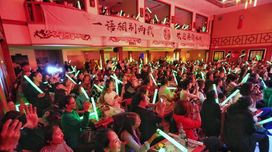 该相声演员在哈尔滨的演出现场。图/视觉中国