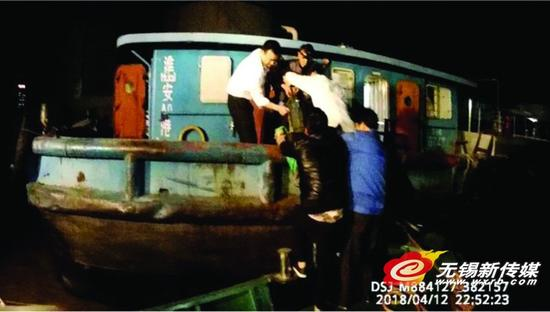海事执法人员对苏淮油6号进行救援。