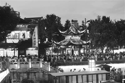 南京高温渐退,众多市民和游客夜游夫子庙。杨素平 摄 视觉江苏网供图