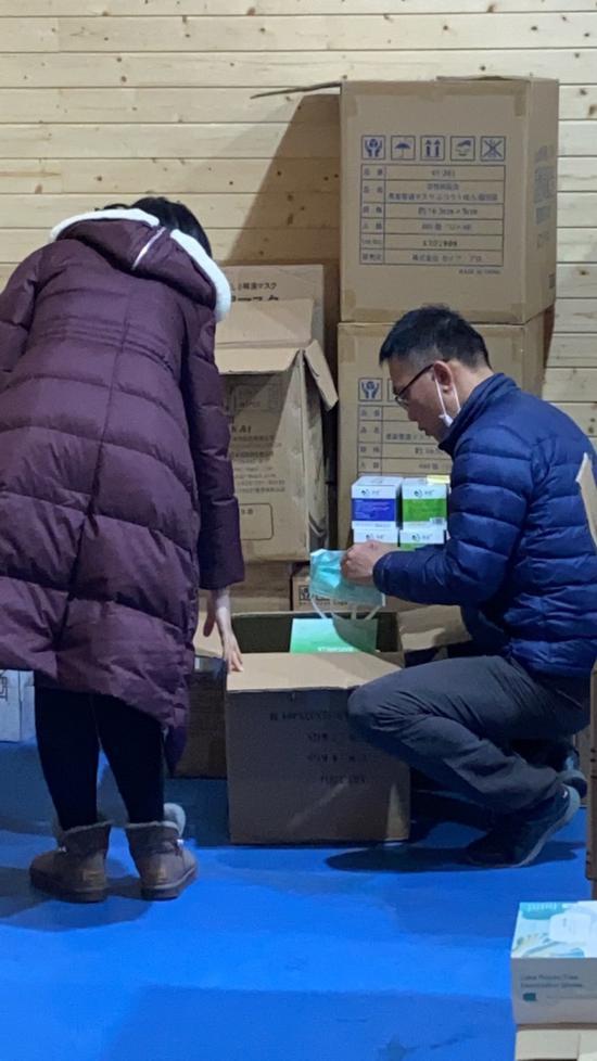 华晓伟在深夜对应急物资进行清点和检查