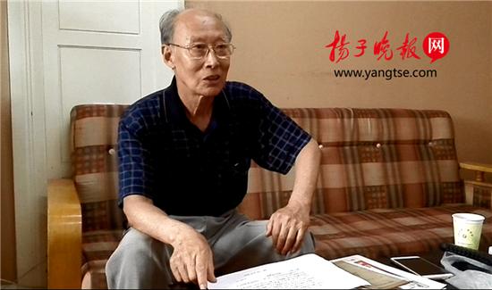 黄汉文老人向记者讲述自己的研究成果 张建波 摄