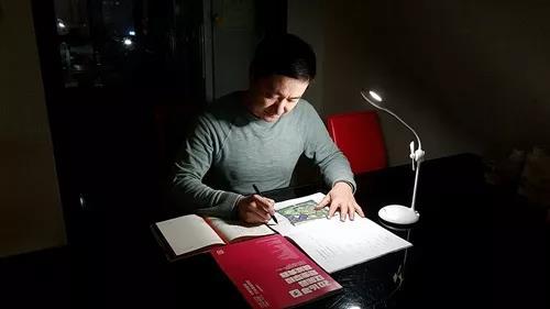 李新浩主任在灯光下工作