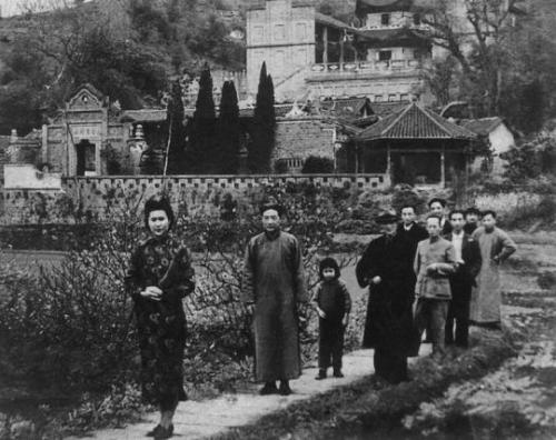 资料图:1945年,与徐悲鸿等人在重庆中国美术学院(重庆磐溪石家花园)。左起为廖静文、徐悲鸿。中央美院供图