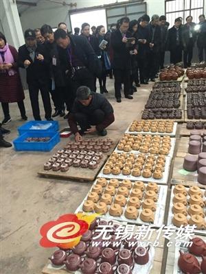 """全省乡土人才""""三带""""行动计划推进会代表在宜兴市丁蜀镇参观。"""