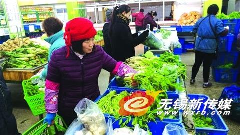 昨天,市民在天惠超市购买蔬菜。 (陈大春摄)