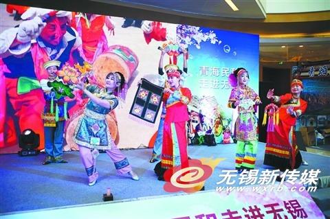 3月10日,民和县旅游工作人员在华东旅游风情展上为市民表演当地的民俗文化。(卢易 摄)
