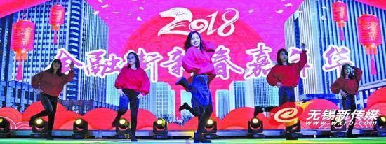 图为无锡日报报业集团记者编辑们表演现代舞《我的新衣》。 (卢易 摄)