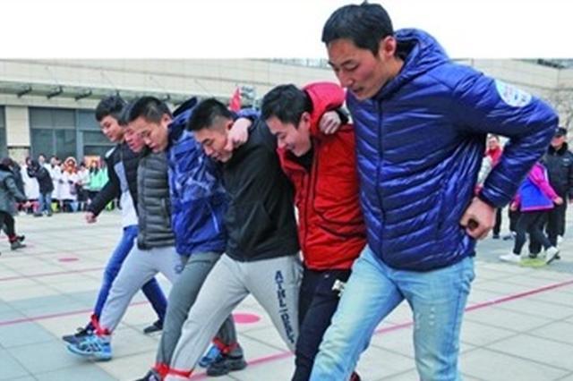 运动员进行齐步走比赛 53家单位600多名运动员参加角逐
