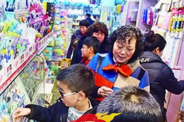 """锡城各大书店文具市场迎来不少学生和家长 """"开学经济""""升温"""