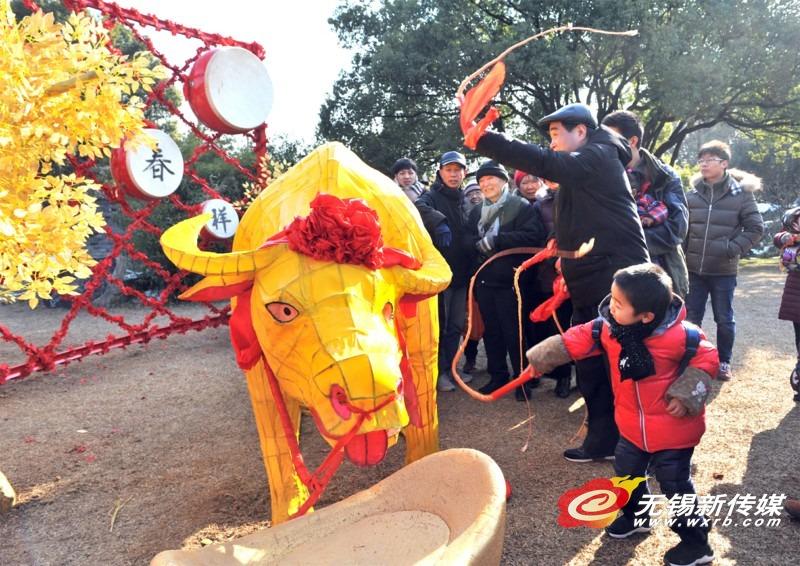 """梅园景区""""鞭打春牛""""游客祈祷新春风调雨顺"""