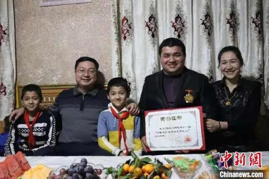 新疆喀什地区农民研制高效种瓜机 成就致富梦想