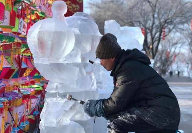众里寻它千百度,蓦然回首,近40组冰雕在红山公园处