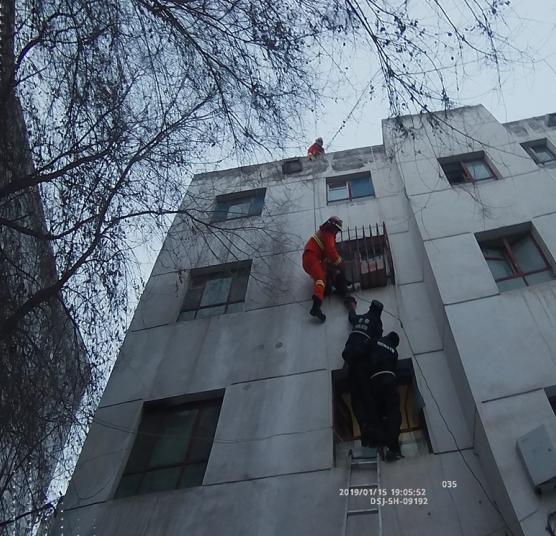 3岁小男孩被卡3楼防护栏 消防员、民警合力救援