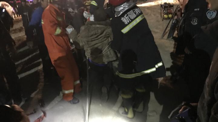 司机不慎跌落9米深井 工友消防人员齐施救