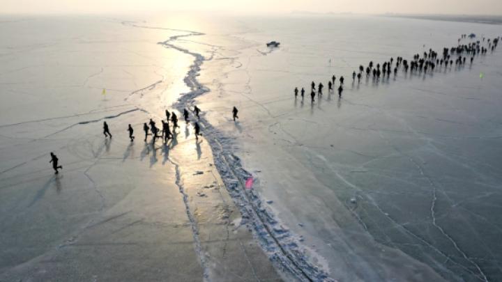 博斯腾湖上迎来冰上马拉松 近千名选手运动赏景两不误
