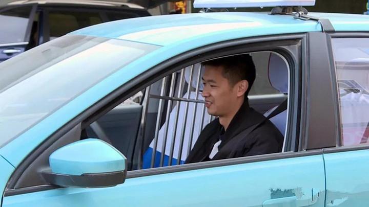"""阿拉尔市一乘客将2万元现金落出租车 """"的哥""""一小时内物归原"""
