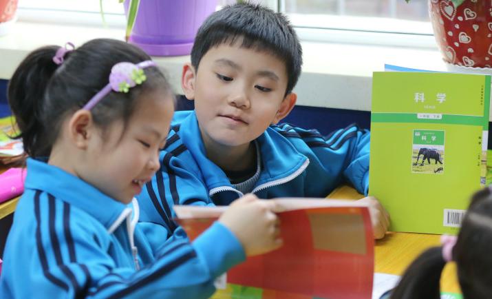 乌鲁木齐小学开学报到发新书,学生们的开心表情包来了!