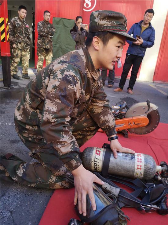 """乌市59中同学们到消防队学做""""小小消防员"""""""