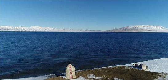 航拍冬日赛里木湖:镶嵌在天山脚下的蓝宝石