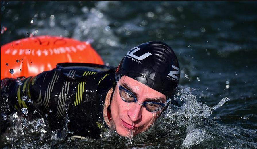 全民健身——冬泳健儿逐浪冬日黄河