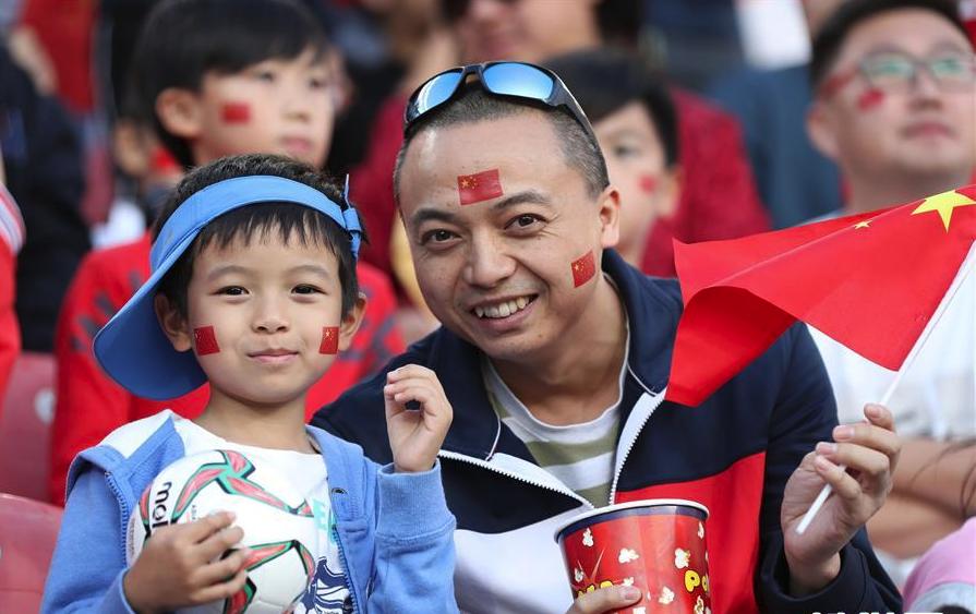 亚洲杯:观赛球迷也是一道风景线