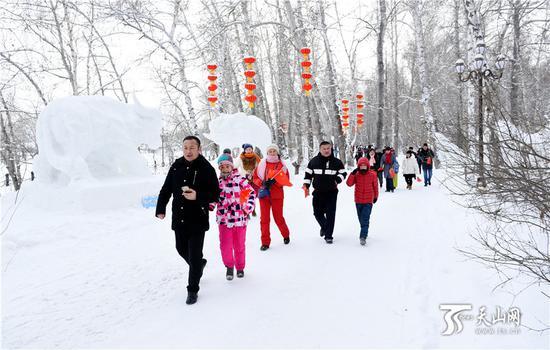 2019年1月12日,大批阿勒泰市民和游客在桦林雪世界游览。