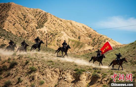 民警、辅警、护边员骑马巡逻。 郭玮 摄
