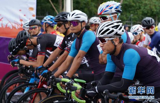 参赛选手们在起点做准备。新华社记者 张啸诚摄