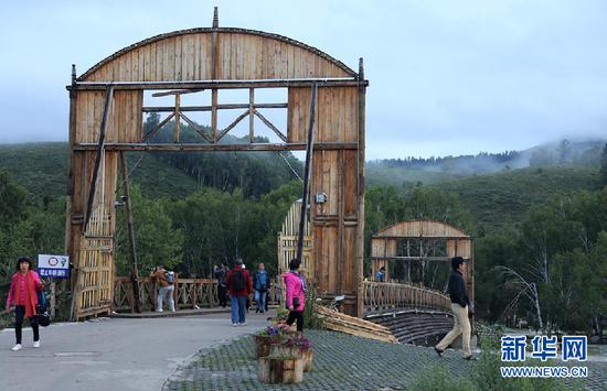 图为游客在村中散步。新华网 刘舒 摄