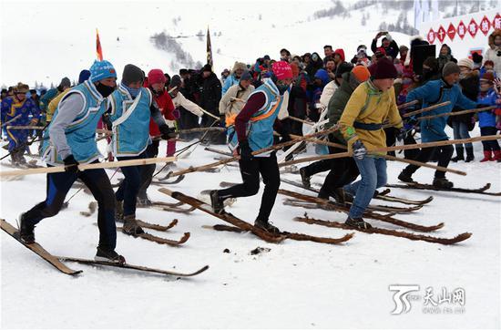 2019年1月1日,游客们观看当地组织的古老毛皮滑雪比赛。