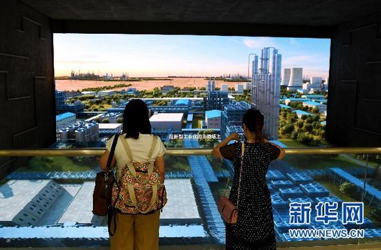 7月12日,游客在准东能源馆参观。王前喜 摄