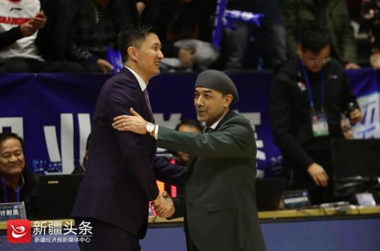 2019年1月1日,广东男篮主教练杜锋赛后与新疆男篮主教练阿的江(右)握手拥抱。