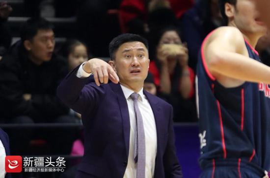 2019年1月1日,广东男篮主教练杜锋临场指挥,表情抢眼。