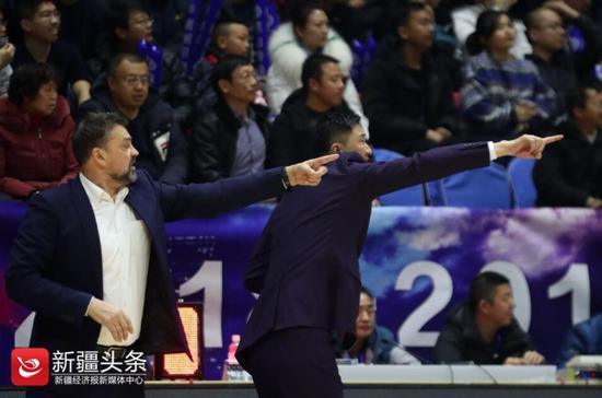 2019年1月1日,广东男篮主教练杜锋临场指挥,与助教动作如出一辙。
