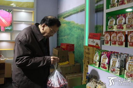 市民刚刚购买的新疆红枣。