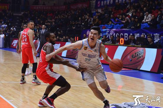 新疆队阿不都沙拉木突破上篮。