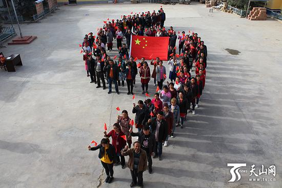 于田县阿热勒乡托万也台巴什村的村民庆祝国庆节。