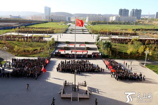新疆工程学院升国旗仪式现场。