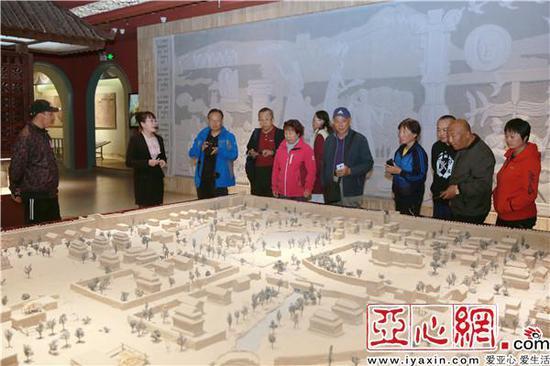 参观楼兰博物馆,观看楼兰故城复原图沙盘
