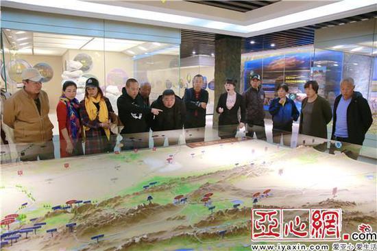 参观楼兰博物馆,观看若羌县行政区域、矿产资源、文物古迹等分布情况沙盘
