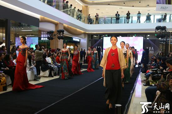 新疆服装设计师创意产业基地在德汇万达广场启动服装秀