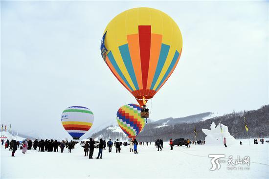 2019年1月1日,游客们在体验热气球项目。