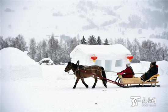 2019年1月1日,游客们在和雪房子合影。