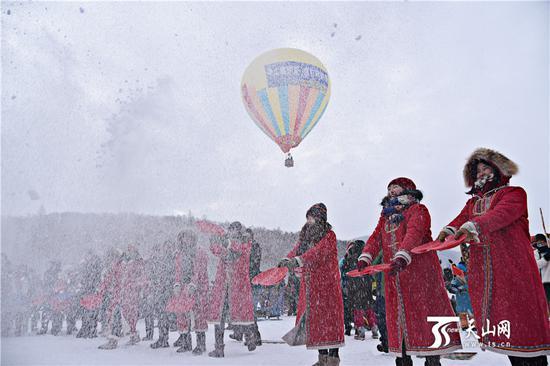 2019年1月1日,第十一届喀纳斯冰雪风情旅游节暨泼雪狂欢节在禾木村开幕。开幕式上,以泼雪的形式为游客送上新年的祝福。