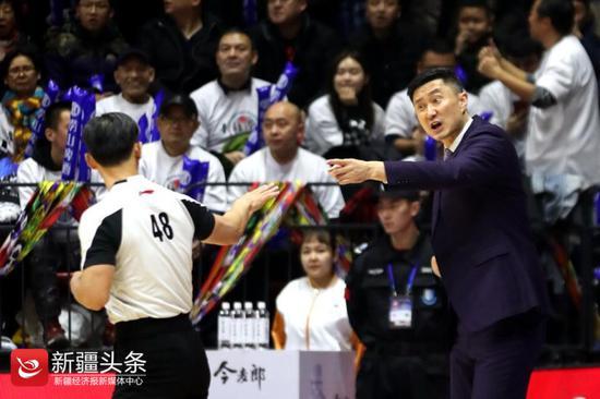 2019年1月1日,广东男篮主教练杜锋临场指挥,与裁判交流。