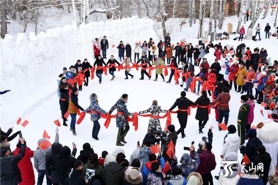2019年1月12日,一场精彩的快闪活动在桦林雪世界上演,大家齐声高唱《我和我的祖国》,向祖国送出美好的祝福。