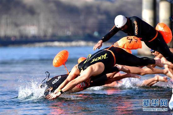 1月6日,参赛选手在起点入水。 当日,第九届中国·青海国际(冬季)抢渡黄河极限挑战精英赛在青海省海南藏族自治州贵德县举行,赛事吸引了来自俄罗斯、法国、德国等17个国家和地区的122名冬泳爱好者参与。 新华社发(张龙摄)