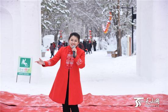 2019年1月12日,中国雪都阿勒泰桦林雪世界开园仪式在阿勒泰市桦林公园举行。图为开园仪式现场精彩的文艺演出。