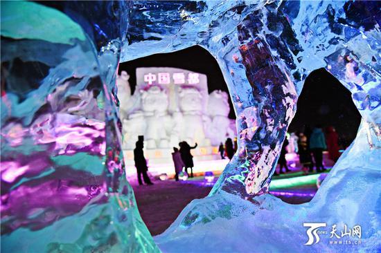 2019-11-20晚,形态各异绚丽无比的冰雪景观吸引市民和游客游览。